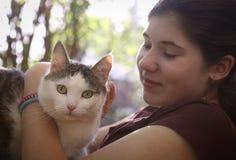 Фото лета солнечное девушки подростка обнимая кота Стоковое фото RF