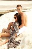Фото любовной истории красивых пар ослабляя в Мальдивах islan Стоковые Изображения
