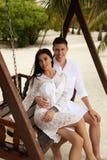 Фото любовной истории красивых пар ослабляя в Мальдивах islan Стоковые Фотографии RF