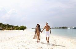 Фото любовной истории красивых пар ослабляя в Мальдивах islan Стоковая Фотография RF
