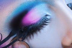 Фото макроса закрытого глаза женщины с multicolor составляет Стоковые Изображения