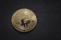 Фото макроса золотой монетки Bitcoin, денег дела сети Стоковые Изображения