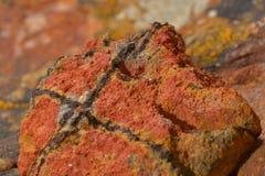 Фото макроса необыкновенного образования глины, показывая текстуру материала Теплые цвета с черными включениями стоковые изображения rf
