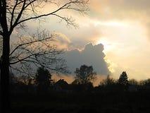 Фото макроса с декоративным фоном ландшафта неба вечера на периоде захода солнца с графическими облаками Стоковое Фото