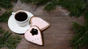 Фото макроса ART еды спагетти Концепция доброго утра Ель как рамка, чашка кофе и 2 в форме сердц gingersnaps на деревянном сток-видео