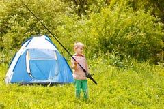 Фото маленького ребенка вытягивая штангу пока удящ на выходных Стоковые Фотографии RF
