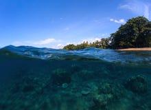 Фото моря разделенное панорамой Подводный взгляд коралла остров пляжа тропический Стоковое Изображение