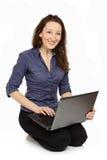 Фото молодой женщины на работе на ее компьтер-книжке Стоковая Фотография
