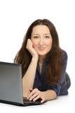 Фото молодой женщины на работе на ее компьтер-книжке Стоковые Изображения RF