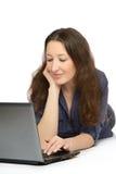 Фото молодой женщины на работе на ее компьтер-книжке Стоковые Фотографии RF