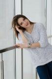 Фото молодой красивой счастливой усмехаясь женщины с длинными волосами Gir Стоковые Изображения