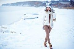 Фото моды внешнее шикарной женщины с длинными белокурыми волосами носит роскошное белое пальто Стоковые Изображения
