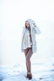 Фото моды внешнее шикарной женщины с длинными белокурыми волосами носит роскошное белое пальто Стоковая Фотография