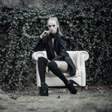 Фото моды женщины сидя outdoors Стоковое Изображение