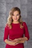 Фото моды красивой молодой женщины в красном платье читает книгу Стоковая Фотография