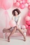 Фото моды молодой элегантной женщины девушка представляя студию Стоковые Изображения RF
