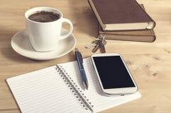 Фото натюрморта smartphone, тетради, кофе, книги, рисует a Стоковые Фотографии RF