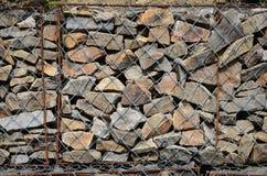 Фото нескольких gabions Клетки сетки кубовидной формы заполнены с камнями горы различных форм которые позволяют throu воды стоковое фото rf