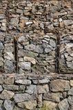 Фото нескольких gabions Клетки сетки кубовидной формы заполнены с камнями горы различных форм которые позволяют throu воды стоковые фотографии rf