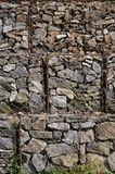 Фото нескольких gabions Клетки сетки кубовидной формы заполнены с камнями горы различных форм которые позволяют throu воды стоковые изображения rf