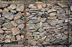 Фото нескольких gabions Клетки сетки кубовидной формы заполнены с камнями горы различных форм которые позволяют throu воды стоковое фото
