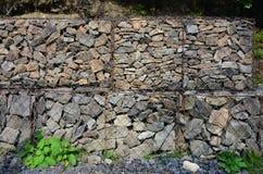 Фото нескольких gabions Клетки сетки кубовидной формы заполнены с камнями горы различных форм которые позволяют throu воды стоковое изображение rf