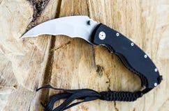 Фото ножа в необыкновенной перспективе Фото ножа под углом Сложенный нож Стоковое Изображение RF