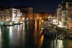 Фото ночи от моста Rialto в Венеции, Италии стоковое фото rf