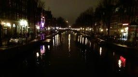 Фото ночи реки в Амстердаме, Нидерландах Стоковая Фотография RF