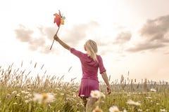 Фото довольно белокурой женщины на поле Стоковые Изображения