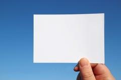Фото определило размер белую карточку в голубом небе Стоковая Фотография