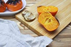 Фото отрезанного противостарителя зажарило плодоовощи и известки мандарина на деревянном столе Еда для долговечности, длинной жиз Стоковые Изображения