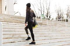 Фото от задней части неработающей идущей девушки с простетической ногой внутри Стоковые Изображения