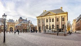 Фото панорамы Mauritshuis с Grenadierspoort к Binnenhof в Гааге стоковые фото