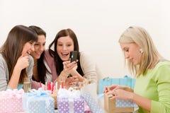 фото партии дня рождения жизнерадостное принимает женщину стоковая фотография rf