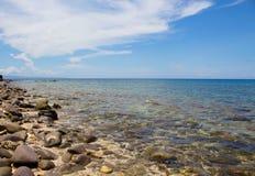 Фото перемещения летних каникулов моря и камней Троповый пляж камня острова в солнечном дне Стоковые Изображения RF