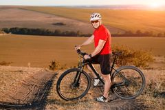 Фото перемещения приключения велосипеда Велосипедист на красивом следе луга на солнечный день Стоковое фото RF