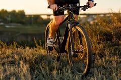 Фото перемещения приключения велосипеда Велосипедист на красивом следе луга на солнечный день Стоковые Фотографии RF