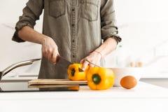 Фото подрезало кавказской женщины варя еду диеты в квартире, Стоковые Фотографии RF
