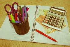 Фото показывает крупный план калькулятора и денег дела на бумаге Стоковое Фото