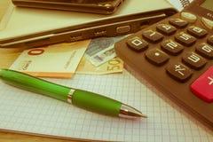 Фото показывает крупный план калькулятора и денег дела на бумаге Стоковая Фотография RF