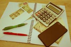 Фото показывает крупный план калькулятора и денег дела на бумаге Стоковое фото RF