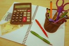 Фото показывает крупный план калькулятора и денег дела на бумаге Стоковые Изображения RF