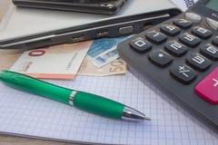 Фото показывает крупный план калькулятора и денег дела на бумаге Стоковые Фотографии RF