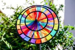 Фото покрашенного сада ветрянки игрушки Pinwheel стоковое изображение