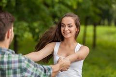 Фото привлекательных пар держа руками Стоковое фото RF