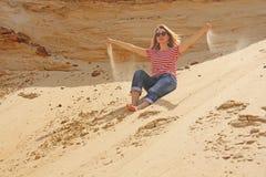 Фото принятое в лето Девушка в пустыне позволяет throug песка Стоковые Фотографии RF