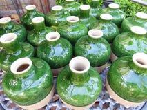 Фото принятое в лето Зеленая керамическая круглая малая стойка ваз дальше Стоковые Фотографии RF