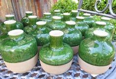 Фото принятое в лето Зеленая керамическая круглая малая стойка ваз дальше Стоковые Изображения