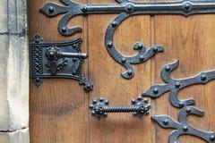 Фото принятое в Прагу Средневековая дверь и черные выкованные элементы стоковые фотографии rf